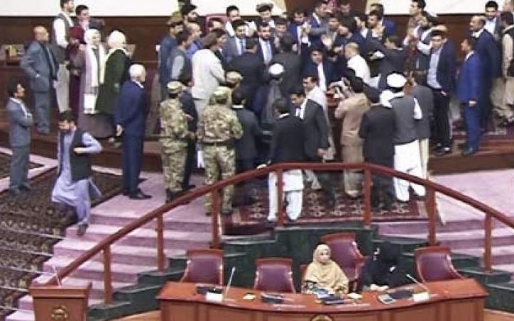 تنش ها در مجلس نماينده گان ادامه دارد/  حرف از معاملات پولي زده مي شود